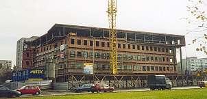 Stalowa konstrukcja nośna wypełniona ściankami osłonowymi